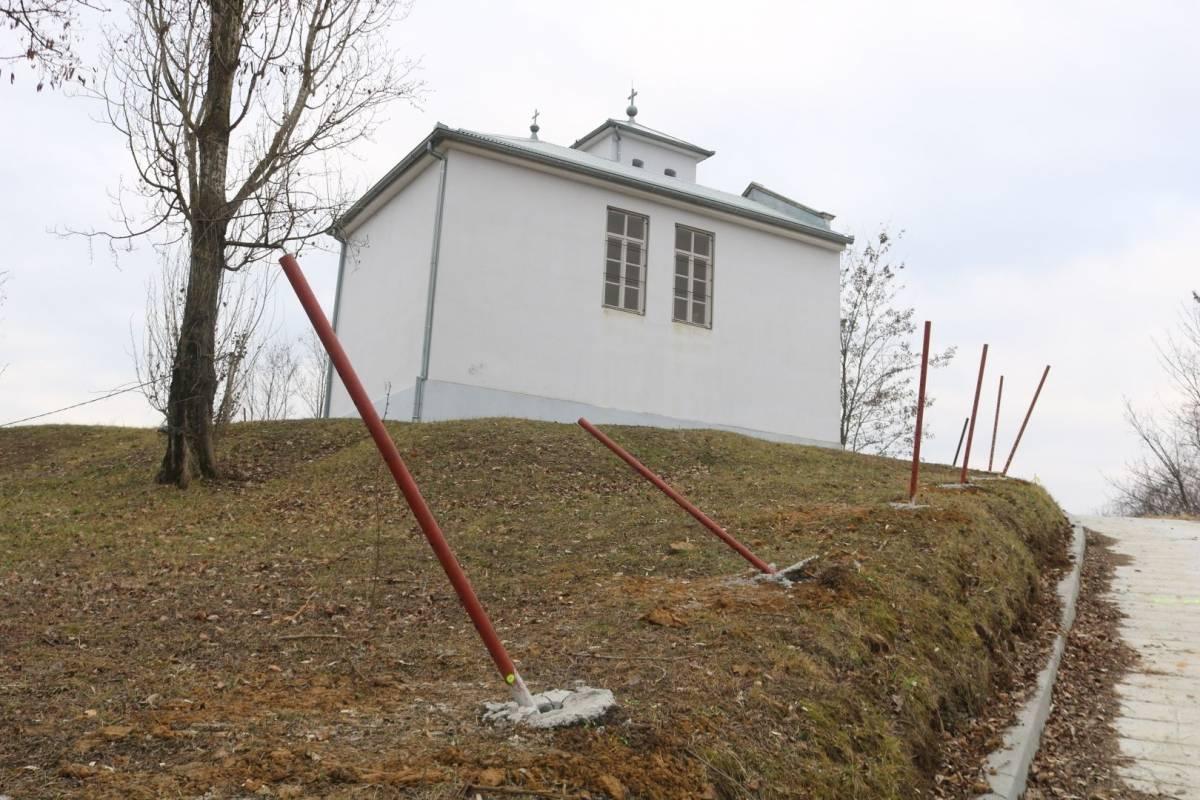 Demanti Požeškoj biskupiji, građani počupali biskupove stupove za ogradu