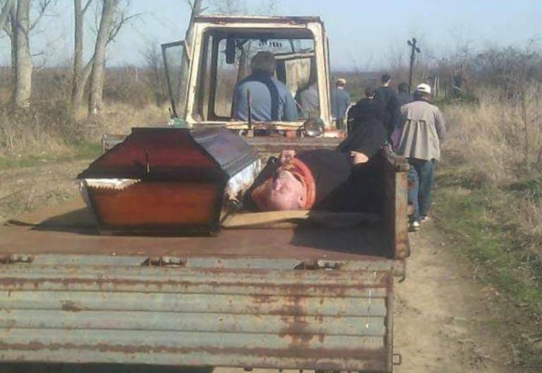 Svećenik se napio na sprovodu pa zaspao, mještani ga vozili na prikolici zajedno s pokojnikom