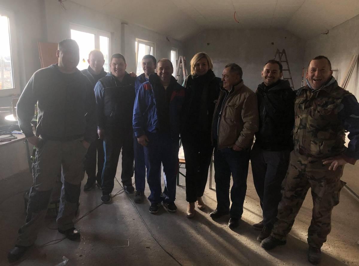 Neumorni volonteri Udruge ʺGrbavicaʺ sami obnavljaju dom u Pleternici