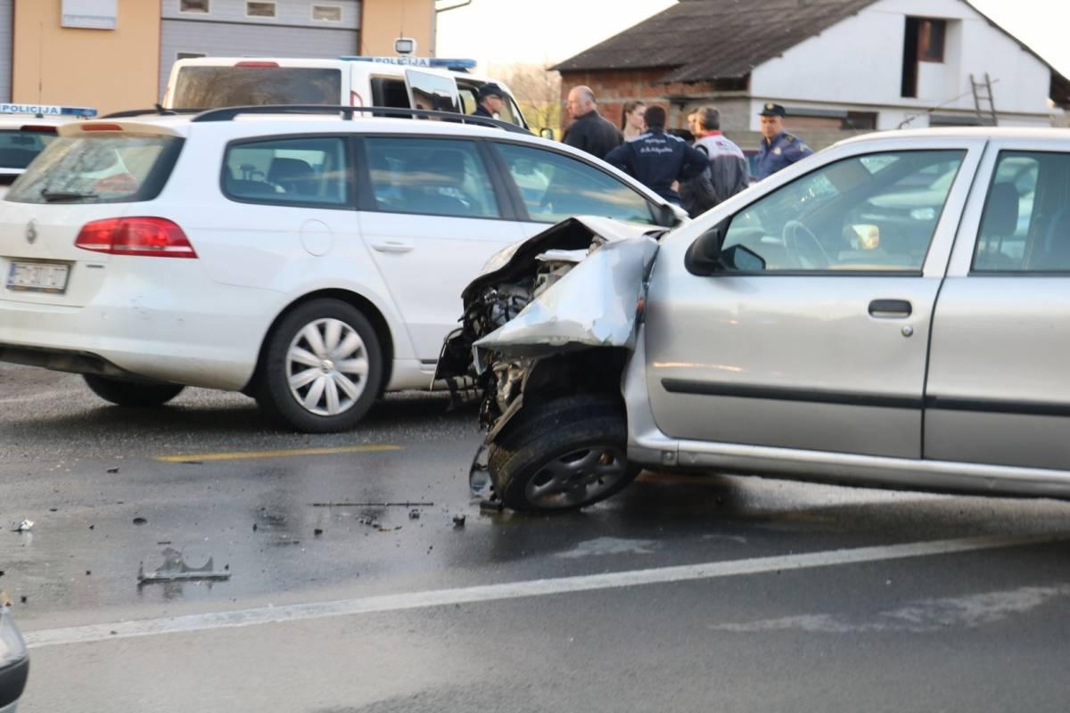 Nepropisno pretjecao pa udario u drugi automobil koji je također nepropisno pretjecao