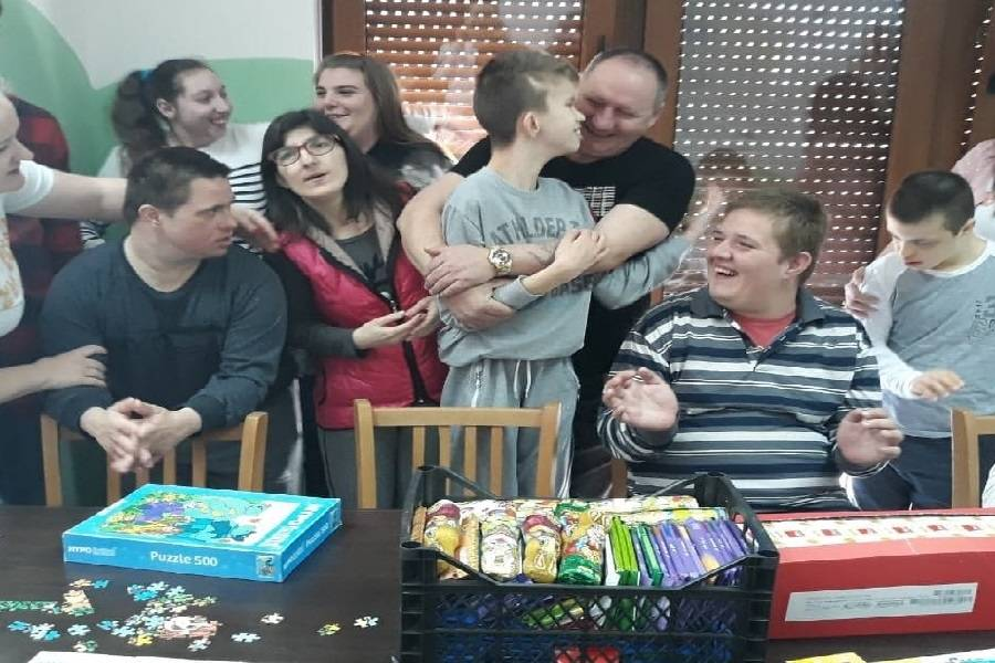 Naš Brođanin Pavo Mirković u korizmeno je vrijeme prikupljao čokoladne slastice i sve donirao djeci