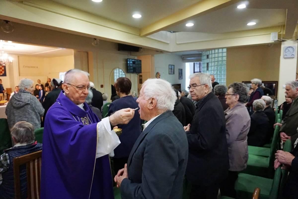 Biskup Škvorčević pohodio Dom za stare i nemoćne u Požegi