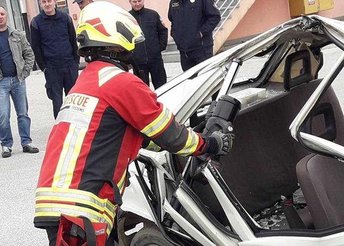 Požeški vatrogasci isprobali suvremenu opremu za pomoć pri spašavanju u prometnim nesrećama
