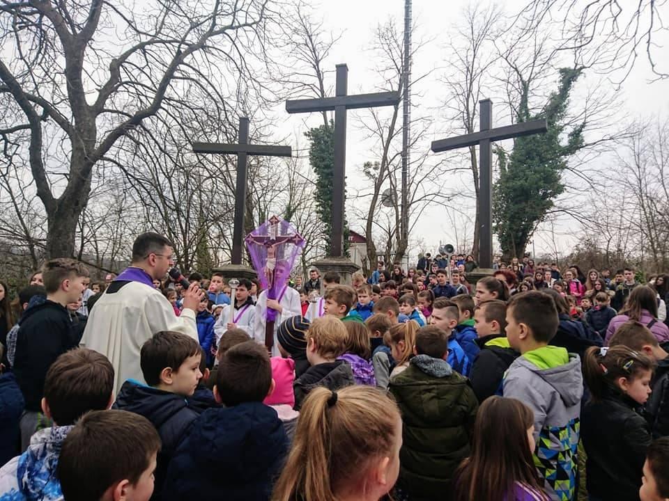 Učenici Katoličke osnovne škole na Križnom putu na Kalvariji