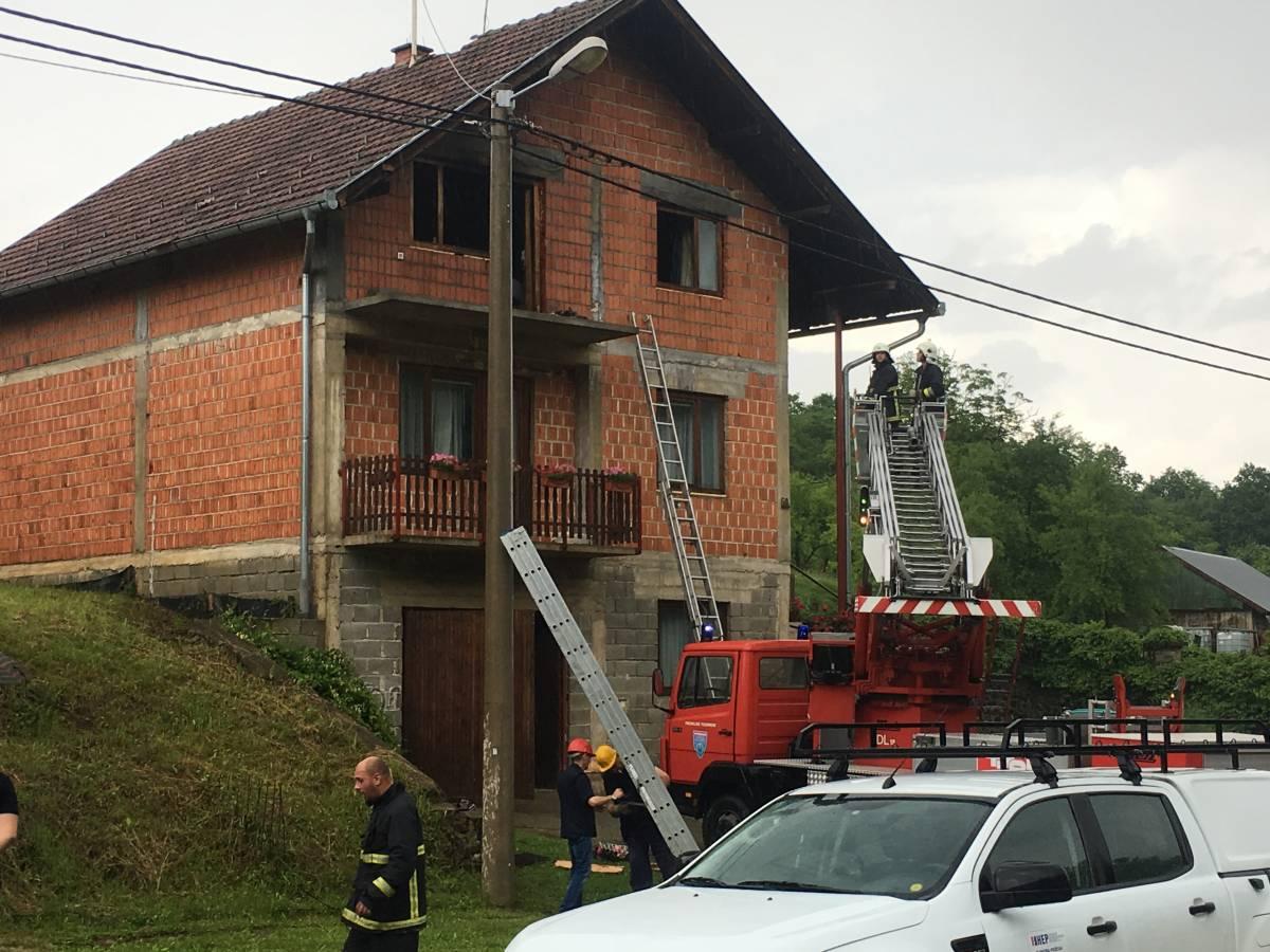 Grom lupio u obiteljsku kuću u Pleternici i izazvao požar