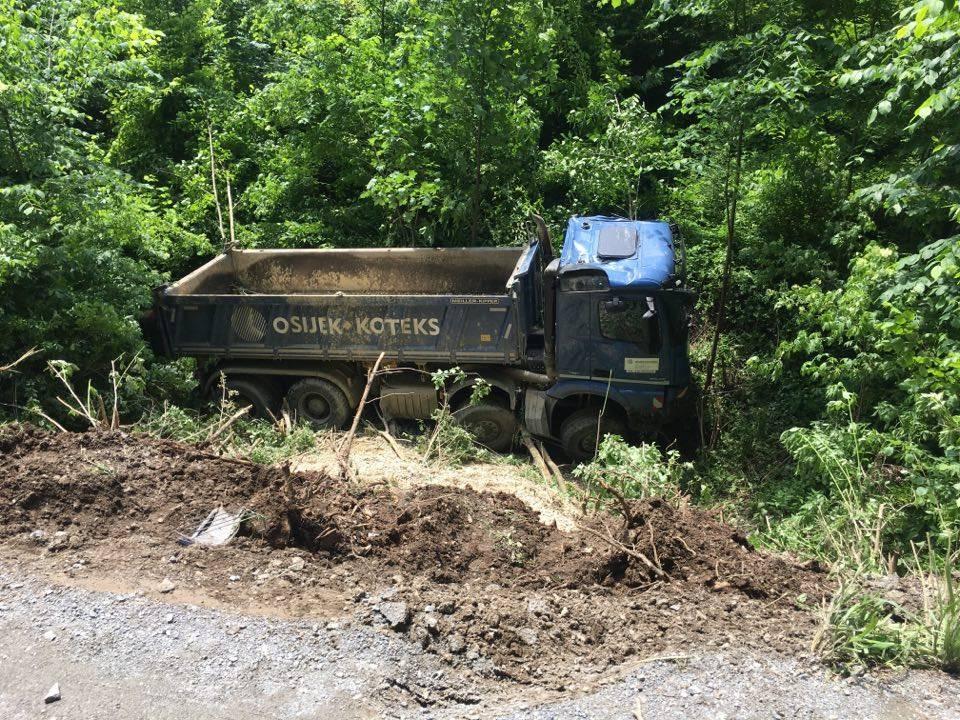 Kamion sletio u provaliju iznad Veličkog kamenoloma