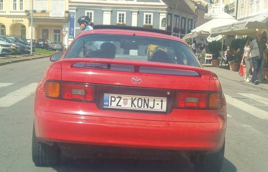 FOTKA DANA: Samo u Požegi- konj na cesti!