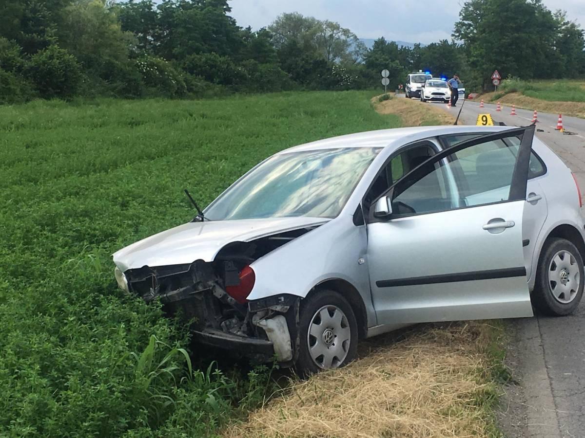 DVOJE U BOLNICI: Izgubio nadzor nad vozilom, pa skrenuo u jarak i na livadu