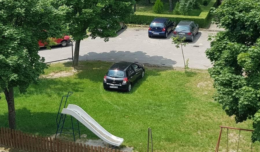 Svakodnevno parkira automobil na dječje igrališe, još i ʺvrištiʺ na djecu kad lopta padne na njega