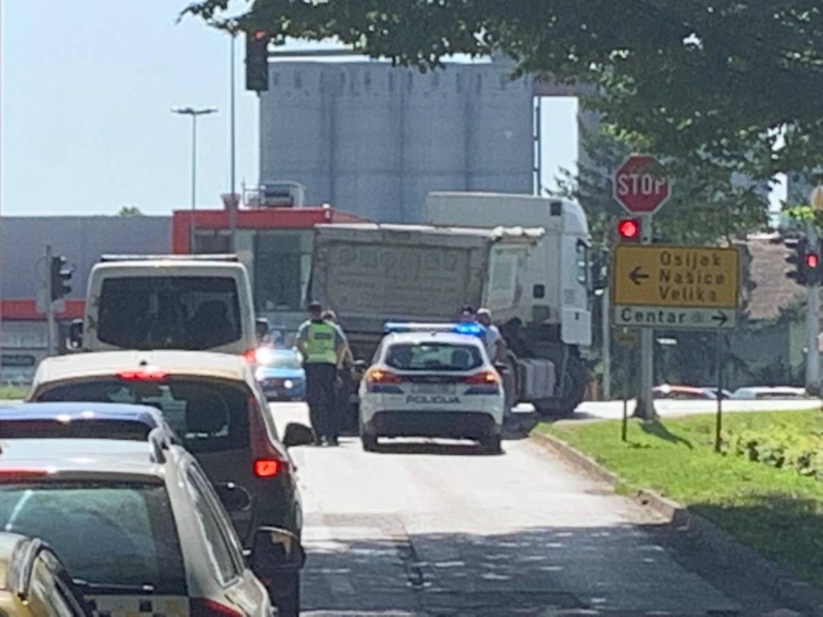 Vozači oprez! Na semaforima kod Zvečeva pokvario se kamion, promet se odvija usporeno
