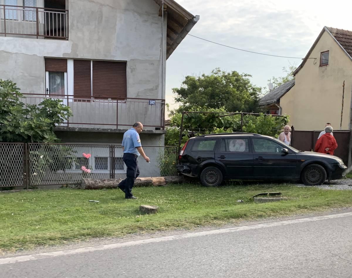 Teža prometna nesreća u Dervišagi: Jedno vozilo završilo u jarku