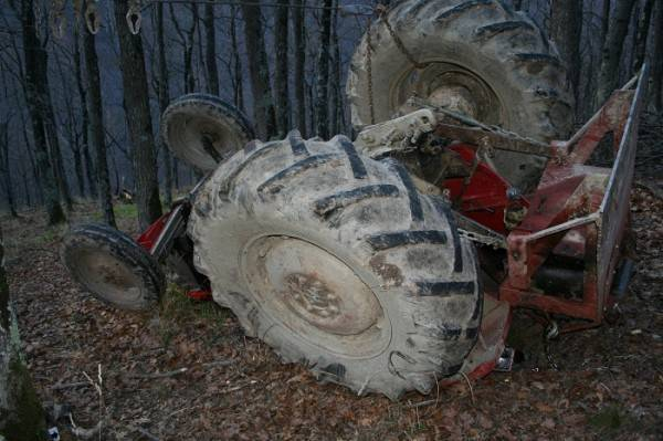 Stradali pri prevrtanju traktora