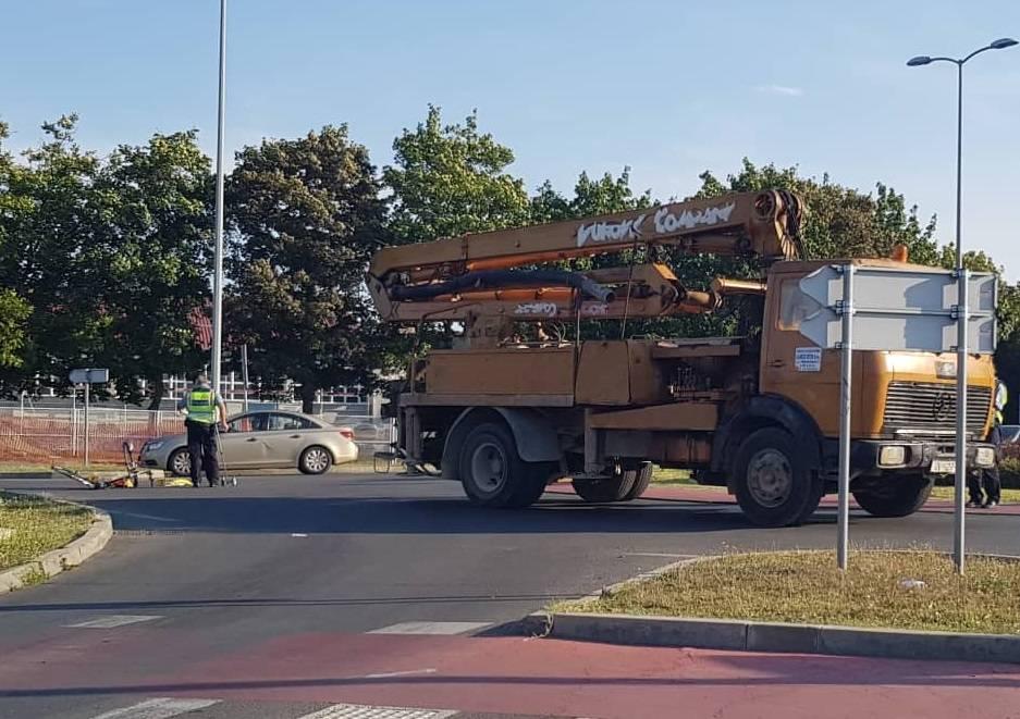 SLAVONSKI BROD - Teretno vozilo naletjelo na biciklistu u kružnom toku