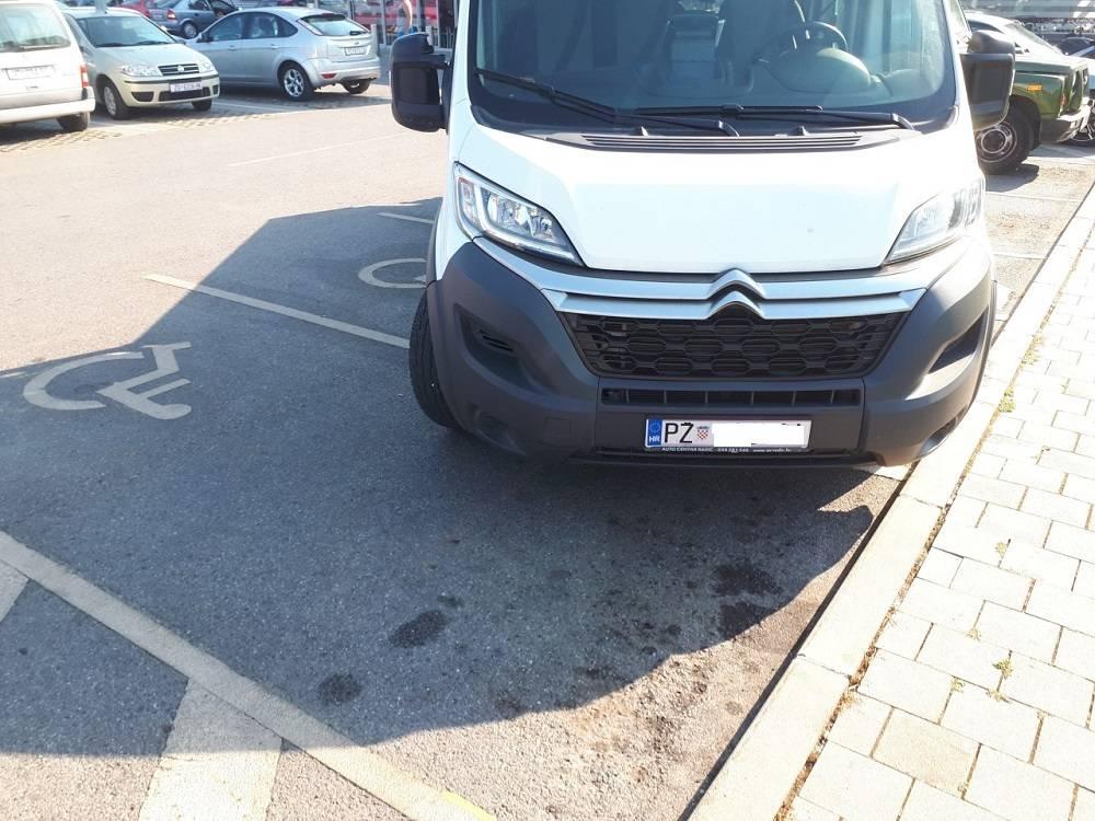 Jedno od sramotnijih parkiranja u Požegi