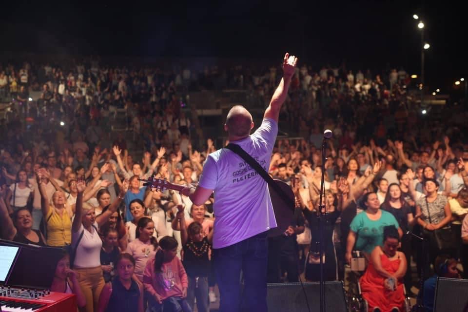 Brojni Pleterničani uživali u koncertu duhovne glazbe na Trgu bećaraca