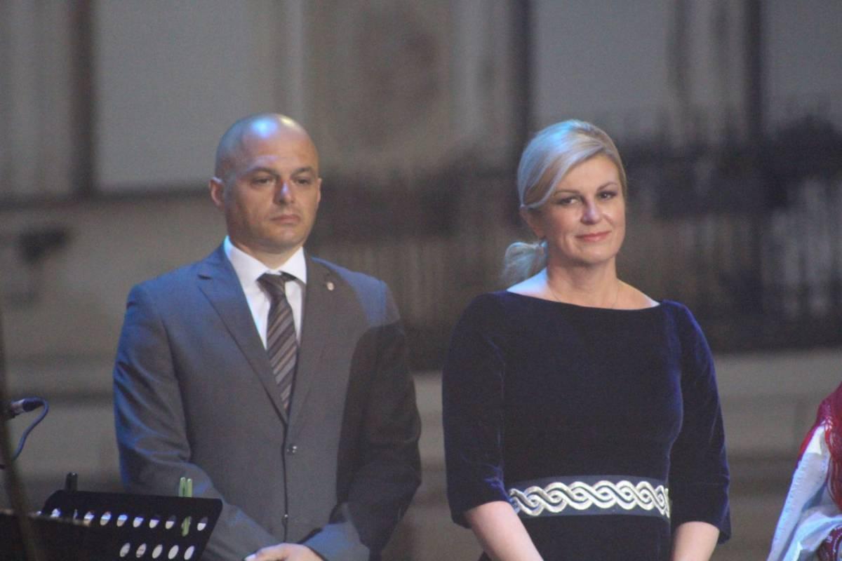 Šala ili gaf gradonačelnika Puljašića jučer?! Škoro nije htio sudjelovati u zajedničkoj pjesmi ili je bio udaljen?!