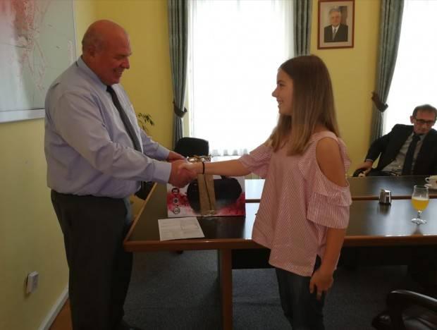 Gradonačelnik Lipika darivao mladu pjevačku nadu Stašu Kukić
