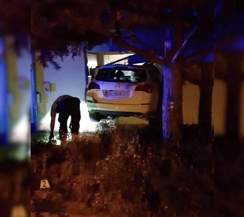 Umalo poginuo gledajući televizor: U Luka putu automobil završio u dnevnom boravku!