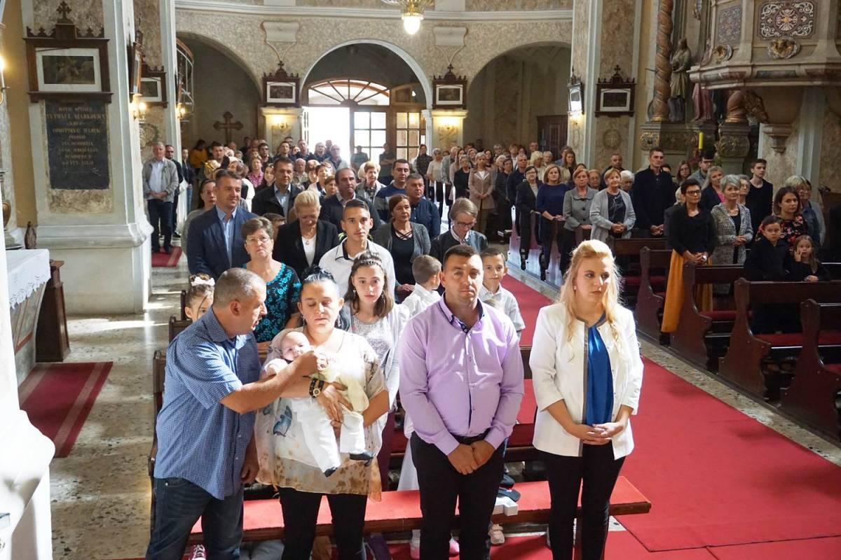 Krštenje sedmog djeteta obitelji Mikić u Cerniku