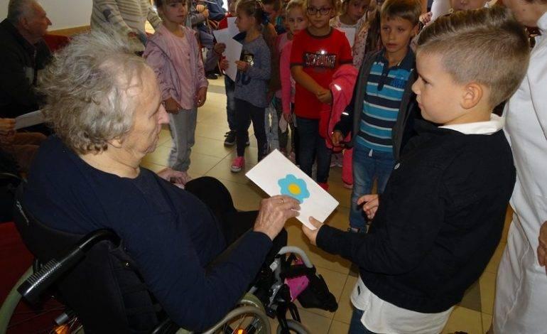 Okučanski školarci razveselili štićenike doma za starije i nemoćne osobe