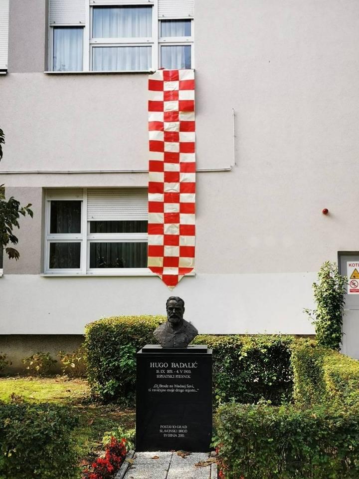 DAN KRAVATE. Najveću kravatu u Slavonskom Brodu ima OŠ Hugo Badalić