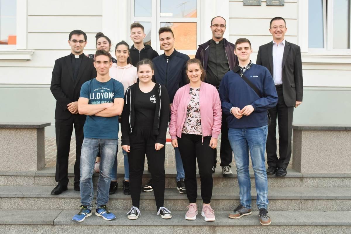 Učenici Škofijske gimnazije iz Vipave posjetili Katoličku gimnaziju u Požegi