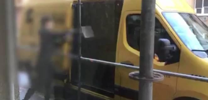 Dostavljač jedne državne dostavne službe uhvaćen kako doslovno ubacuje pakete u vozilo, pogledajte video!