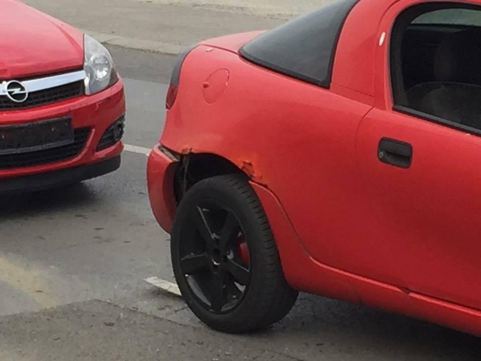 Netko je jučer udario parkirani automobil u Osječkoj ulici i pobjegao