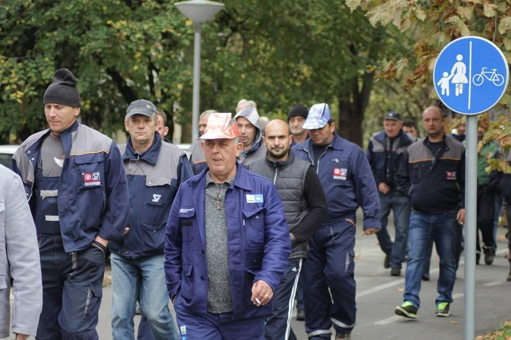 Radnici pokazali dobru volju, pomakli prosvjed. 38 ljudi dobilo plaću.