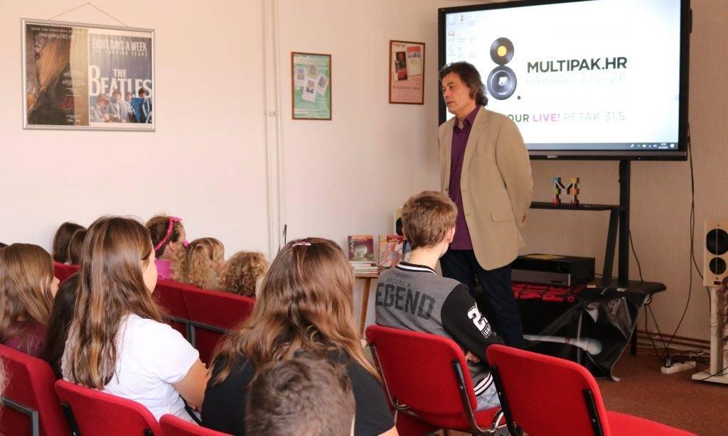 Poznati dječji spisatelj i autor Hrvoje Kovačević u susretu s učenicima pakračke osnovne škole