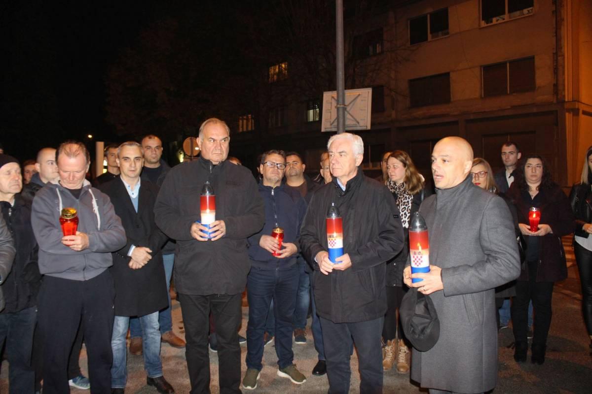 HDZ Požega obilježio Dan sjećanja na Vukovar paljenje svijeća u Vukovarskoj ulici u Požegi