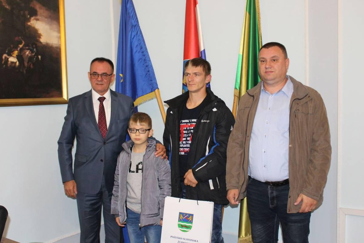 Župan Alojz Tomašević učeniku s teškim oštećenjem vida uručio elektronsku lupu
