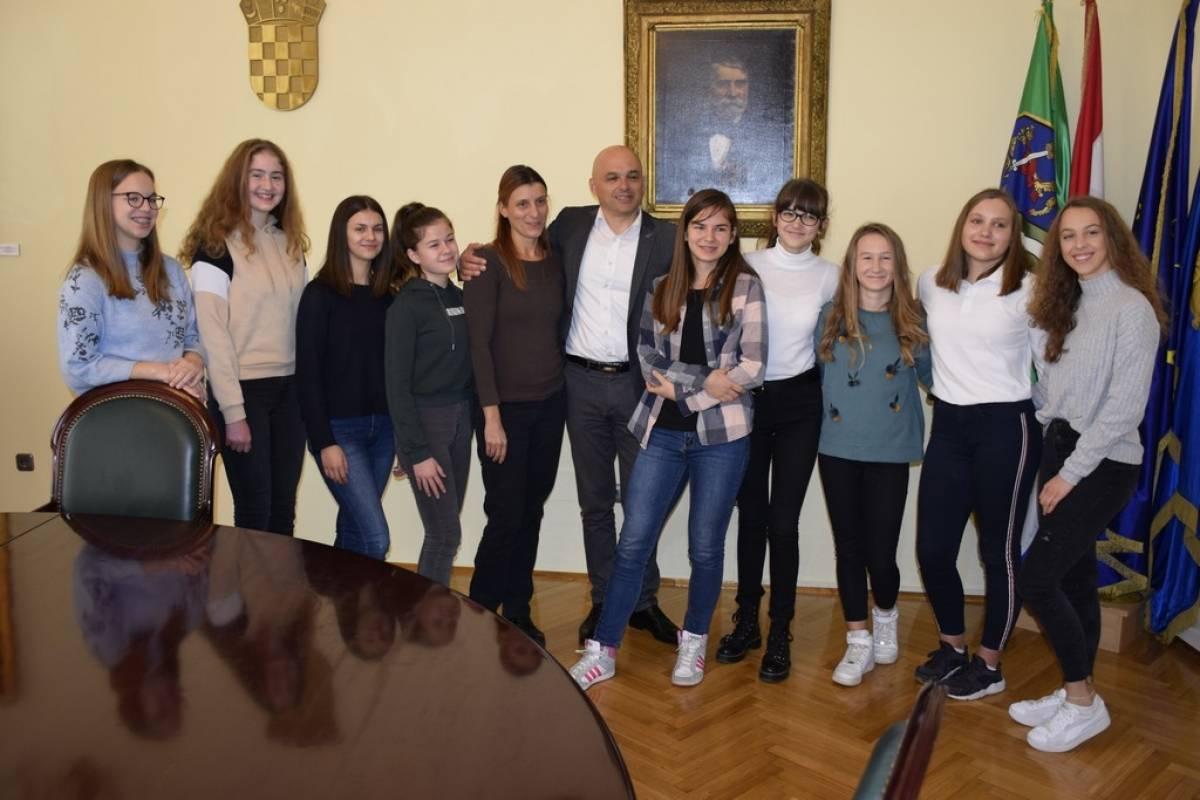 Plesačice UO Plesne radionice Ilijane Lončar na prijemu kod gradonačelnika