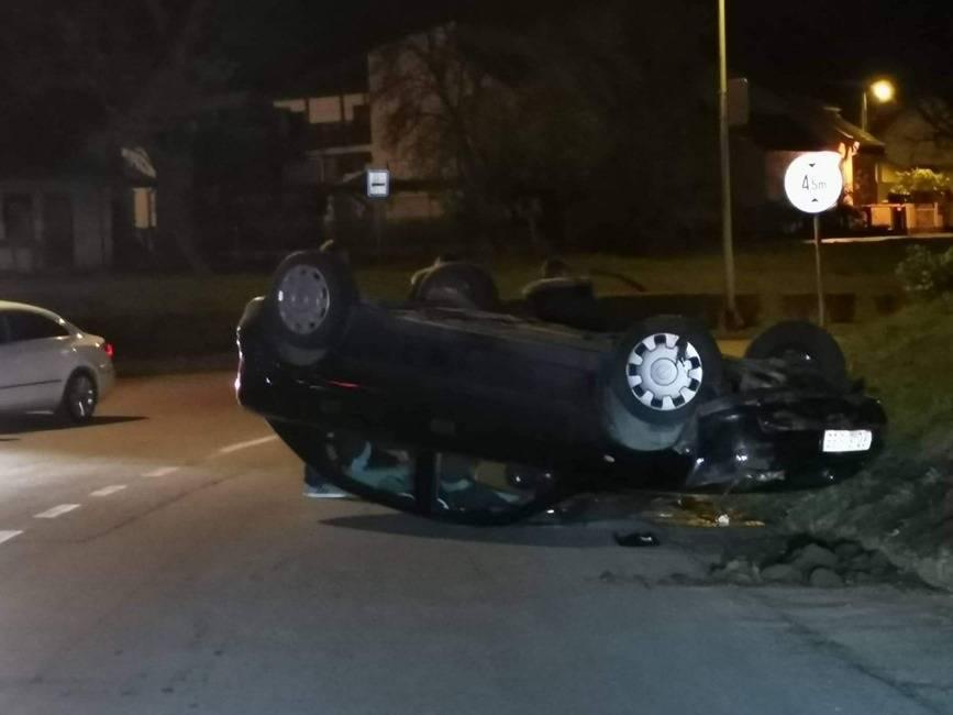 Automobil dvoje mladih Požežana sinoć završio na krovu u Sl. Brodu
