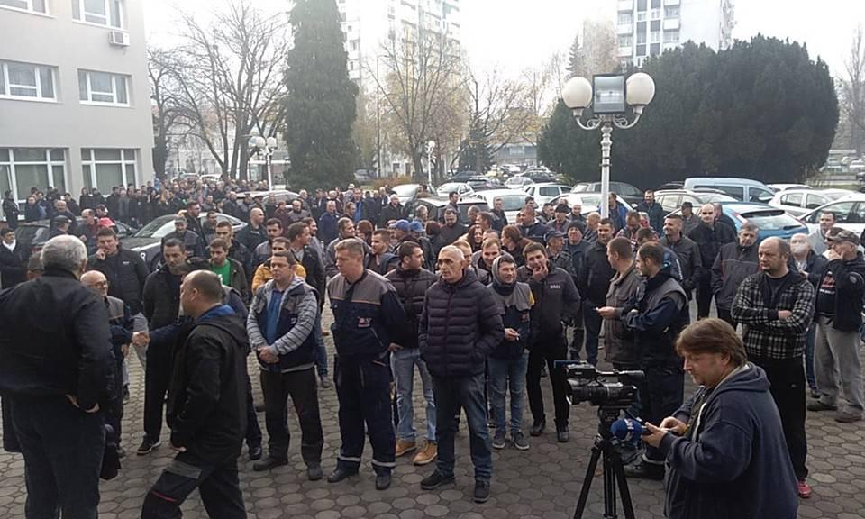 Radnici Đure Đaković ponovno u štrajku i usporavaju promet na Trgu pobjede