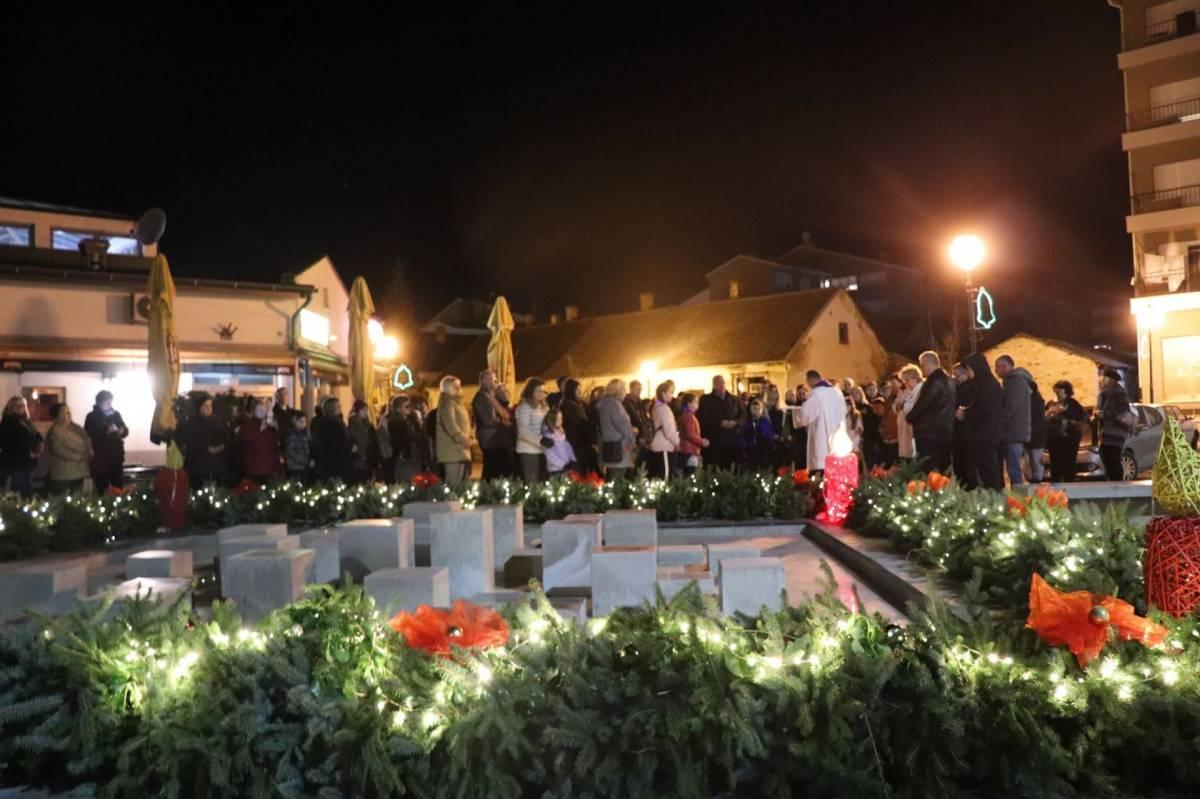 Na Trgu hrvatskih branitelja u Lipiku zapaljena prva adventska svijeća