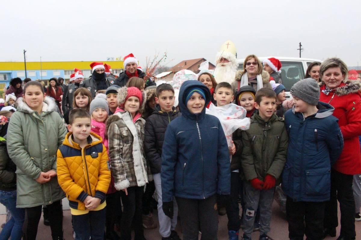 Sveti Nikola sa svojim pomoćnicima stigao u Pleternicu i podijelio djeci poklone