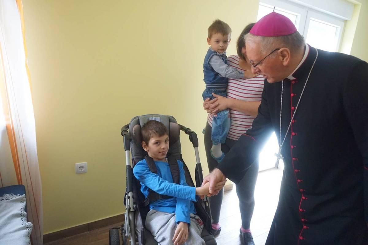 Biskup Antun Škvorčević posjetio je obitelj čija je kuća obnovljena nakon požara