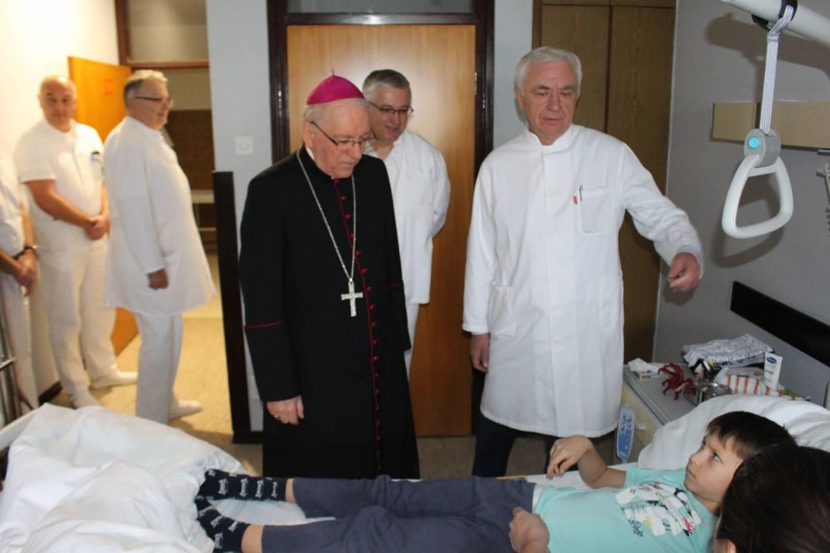 Biskup Škvorčević abdominalnoj kirurgiji OŽB Požega donirao bolničke krevete