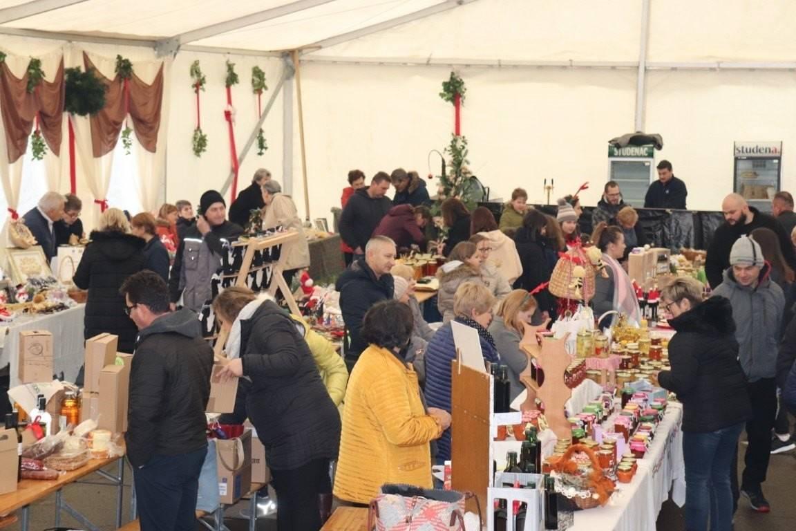 Otvoren Božićni sajam u Lipiku uz četrdesetak raznovrsnih izlagača