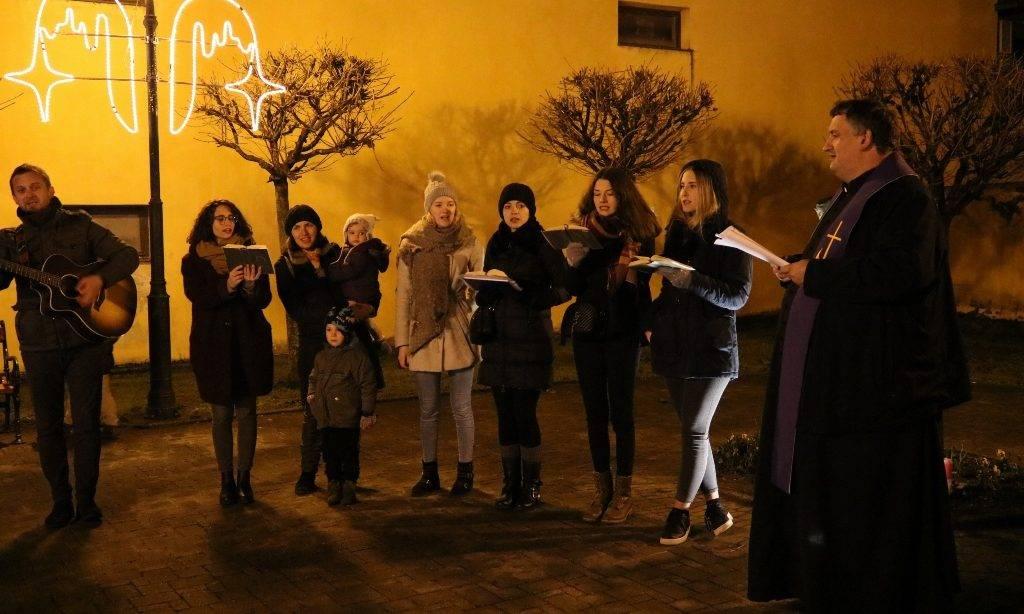Upaljena treća adventska svijeća na Trgu dr. Franje Tuđmana u Pakracu
