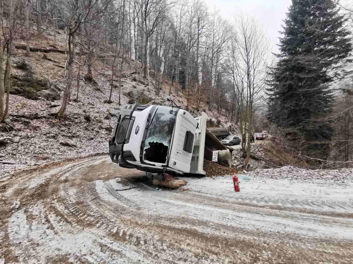 Kod Leštata prevrtanje kamiona, vozača izvlačili iz kabine