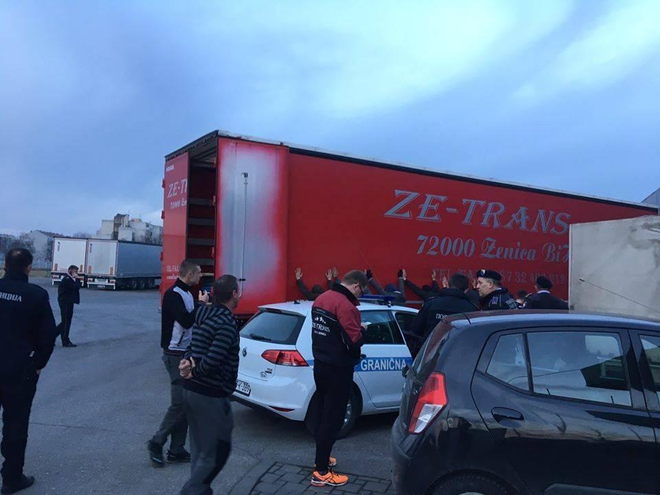 U susjednom Brodu, u kamionskoj prikolici pronađeno je 6 migranata
