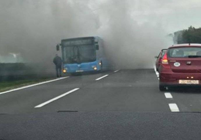 Jutros na autocesti kod Slobodnice zapalio se autobus koji je prevozio nekoliko putnika