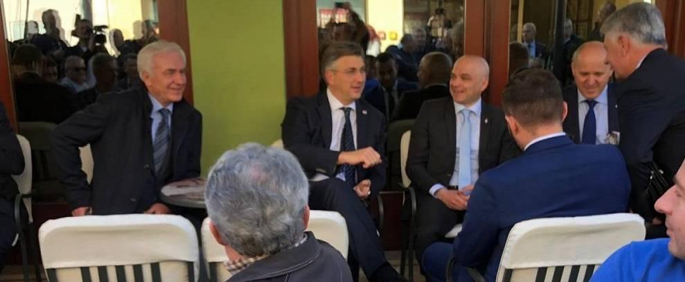 Unatoč strahu od koronavirusa premijer Plenković je ipak popio kavu s građanima u Požegi