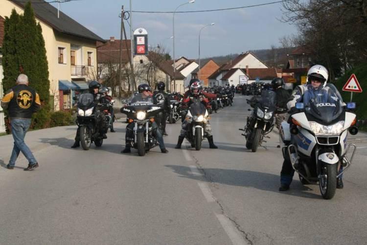 POLICIJA UPOZORAVA VOZAČE MOPEDA I MOTOCIKALA: Ceste nisu piste – neka ostanu sigurne