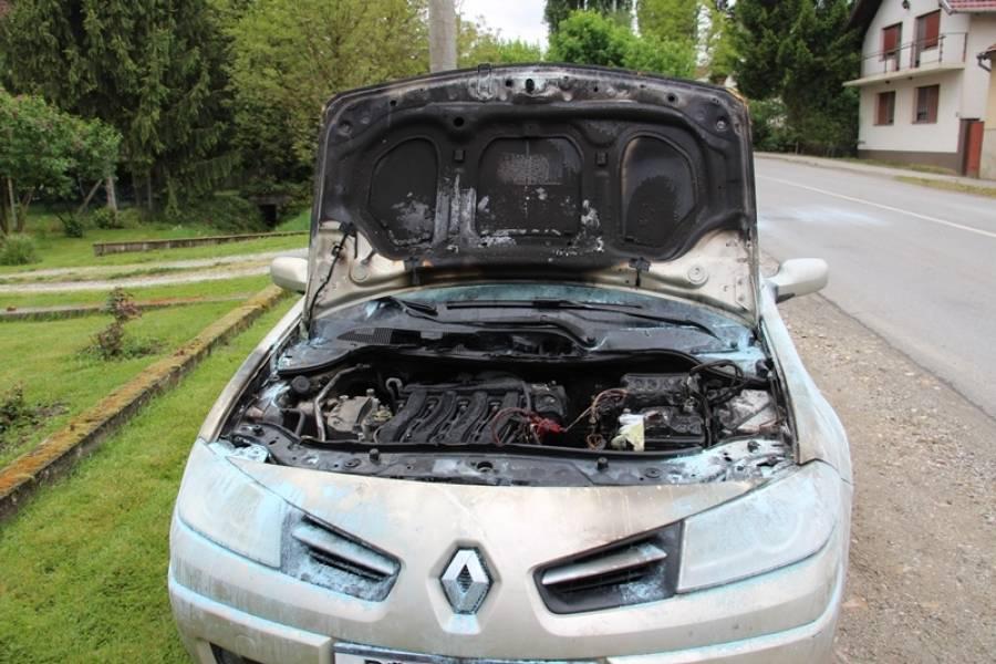 Automobil s tri osobe unutra gorio u vožnji: Drugi vozači mu signalizirali kako mu vozilo gori