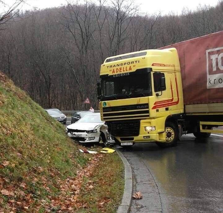 Prometna nesreća između automobila i kamiona na Krndiji