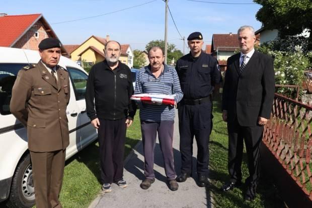 Predstavnici Ministarstva hrvatskih branitelja uručili zastave obiteljima preminulih branitelja tijekom epidemije Covid-19