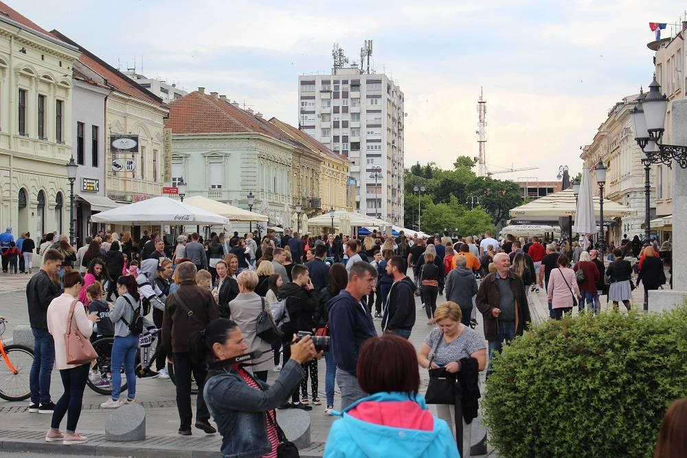 Mnoštvo građana jučer ispratilo generaciju maturanata